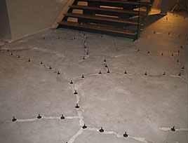 Cu ce astupam crapaturile din pardoseala de beton?